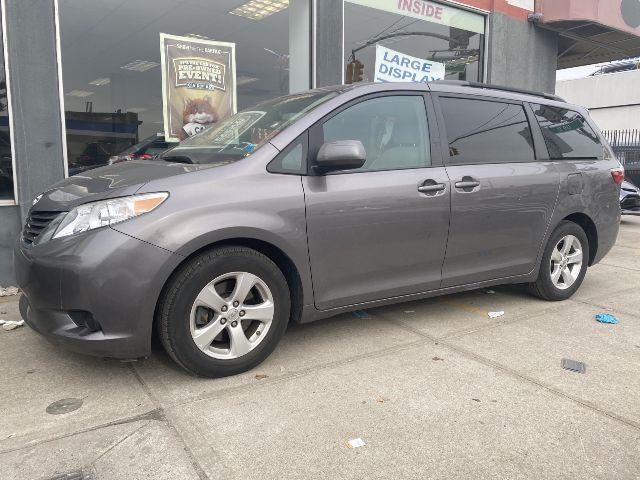 2016 Toyota Sienna LE [2]