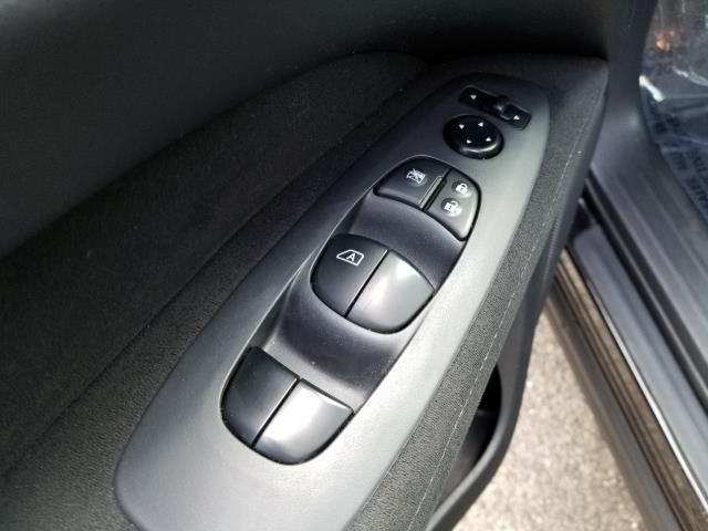 2015 Nissan Pathfinder S 19