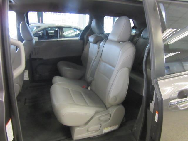 2015 Toyota Sienna XLE 10