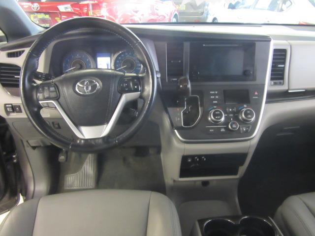 2015 Toyota Sienna XLE 12