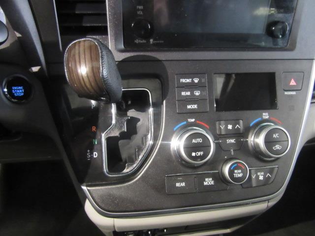 2015 Toyota Sienna XLE 24