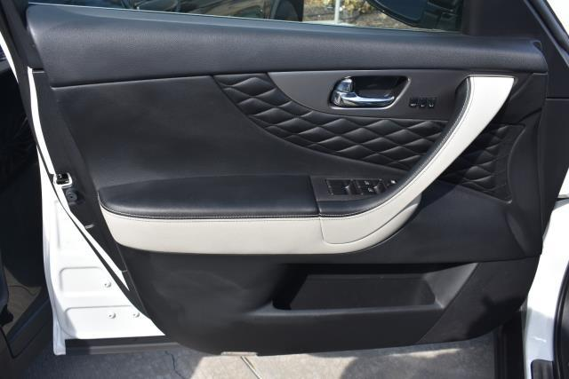 2017 INFINITI QX70 AWD 10