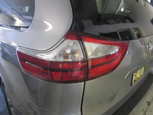 2016 Toyota Sienna LE AAS 6