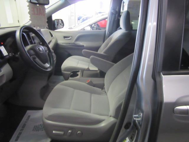 2016 Toyota Sienna LE AAS 8