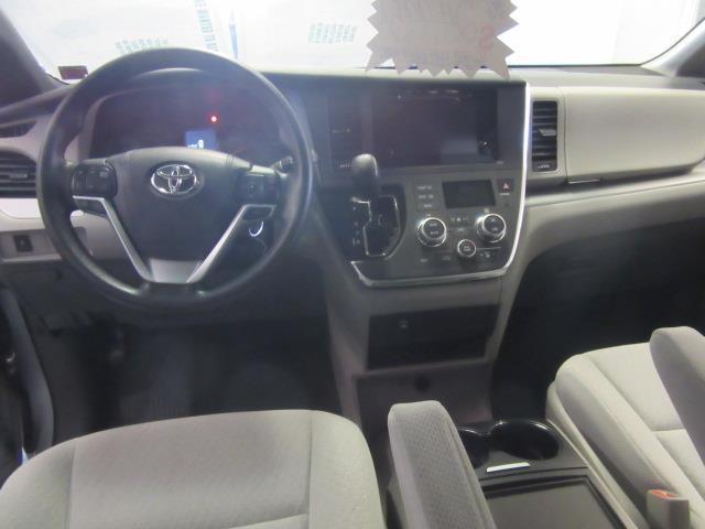 2016 Toyota Sienna LE AAS 10