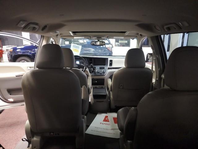 2017 Toyota Sienna XLE Premium 31