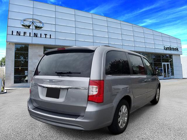 2016 Chrysler Town & Country Touring 3