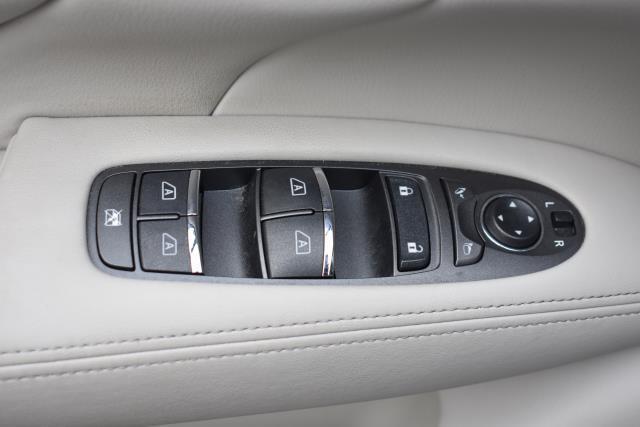 2016 INFINITI Q70L 4dr Sdn V6 AWD 17